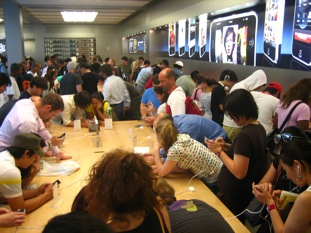 iphones_and_crowds_in_the_apple_store